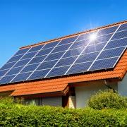 Solardach auf einem Einfamilienhaus reflektiert die Sonne Photovoltaikversicherung Christian Willmann Versicherungsmakler Mannheim