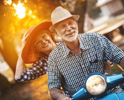 Zwei Alte Fahrer auf dem Roller