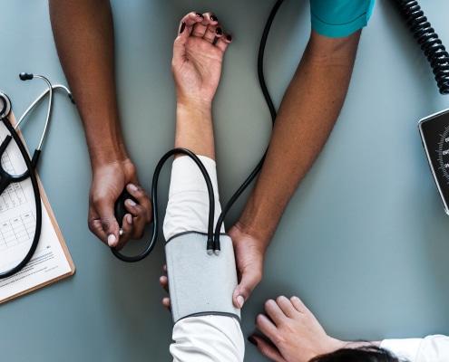 Private Krankenversicherung Ausland Auslands-Reisekrankenversicherung Blutdruck messen