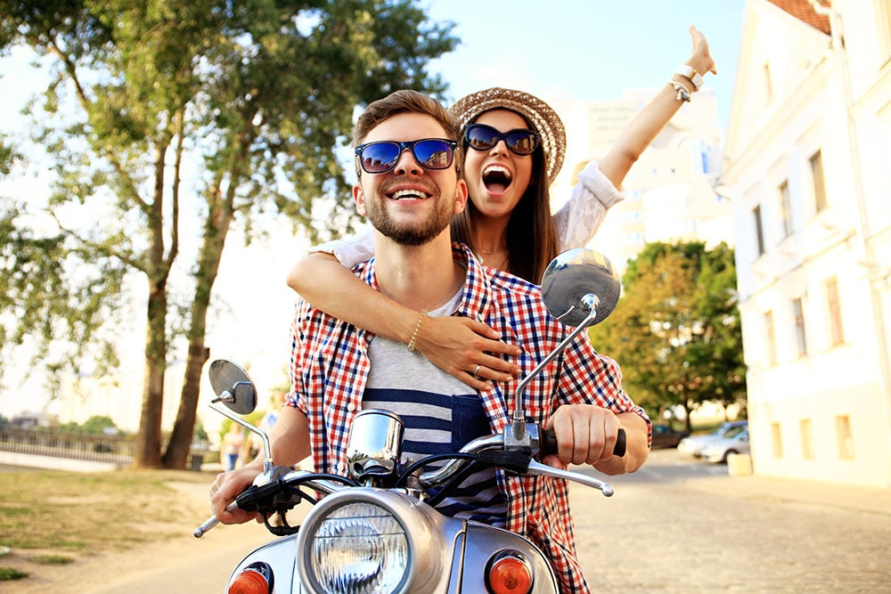 2 junge aufm Roller ohne Helm Versicherungskennzeichen 2019 Mofaschild Rollerversicherung